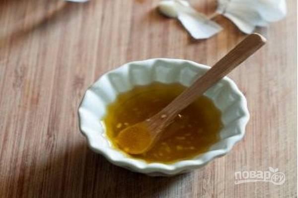 Заливка для помидоров-конфи: в небольшой чашке смешайте мелко нарезанный чеснок, соль, мед и оливковое масло.