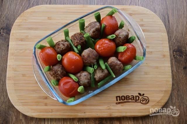 Разместите буллеты в жаропрочной форме, между ними - помидоры черри и кусочки стручковой фасоли.