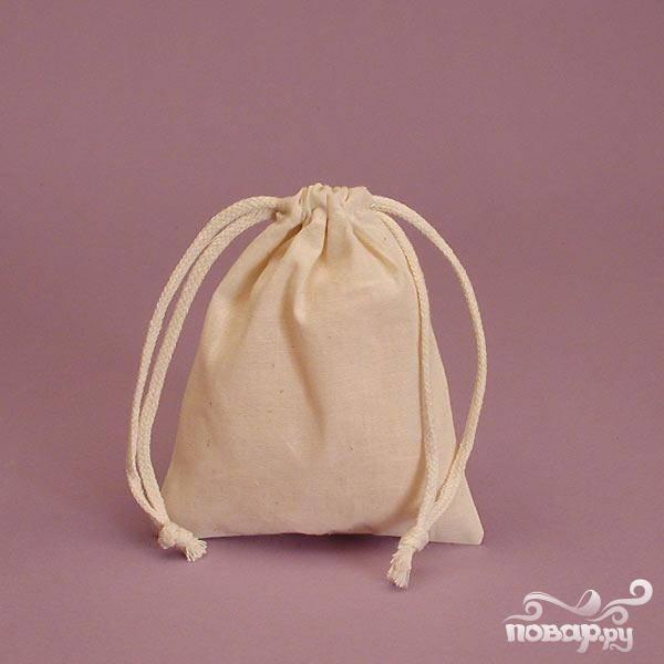 2. Выскрести из цедры остатки мякоти, белый слой и семечки, сложить в холщовый мешочек.