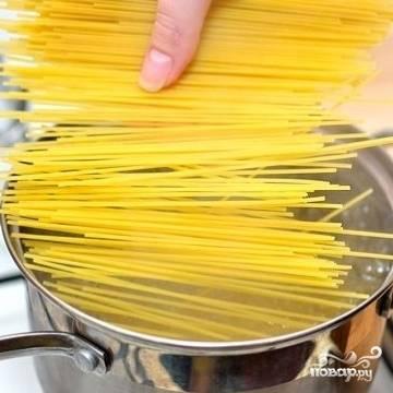 В кипящую воду положите пасту. Подойдут макаронные изделия любой формы, какие вы больше нравится.