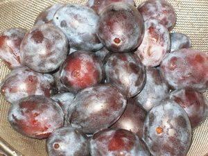 Берем свежие мягкие сливы. Моем фрукты в холодной воде. Разрываем их на половинки, вытаскиваем косточки.