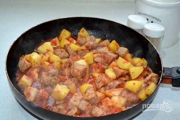 8. Добавьте соль, перец, сахар по вкусу. Аккуратно перемешайте, накройте крышкой и оставьте тушить под закрытой крышкой минут на 35-40. Чем меньше кусочки мяса, тем быстрее они приготовятся и станут мягкими.