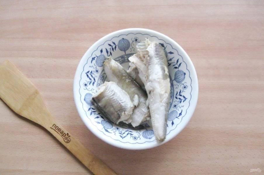 Отварную рыбу выложите на тарелку, а бульон процедите.