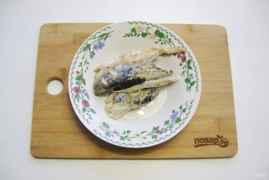 Рыбу сварите. Можно взять не только скумбрию, а любую мясистую рыбу. Удалите косточки.