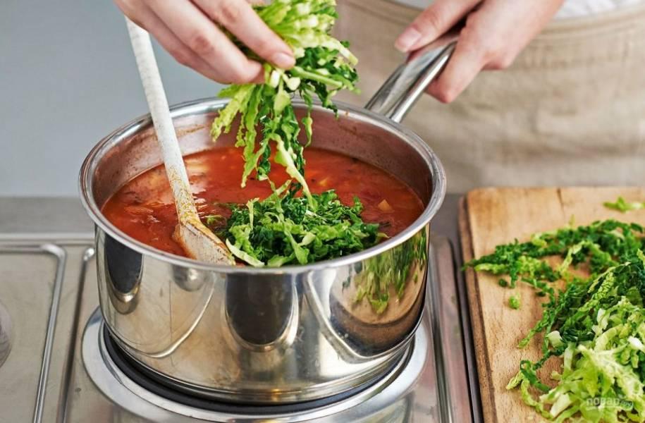 6. В конце приготовления добавьте нашинкованную капусту, прокипятите суп и подавайте к столу.