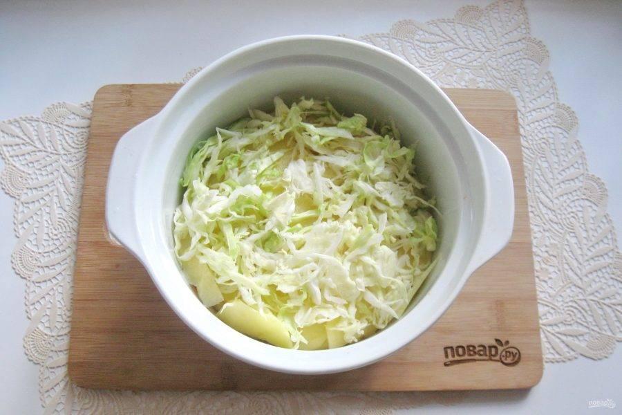 Капусту нарежьте тонкой соломкой и добавьте к остальным овощам.