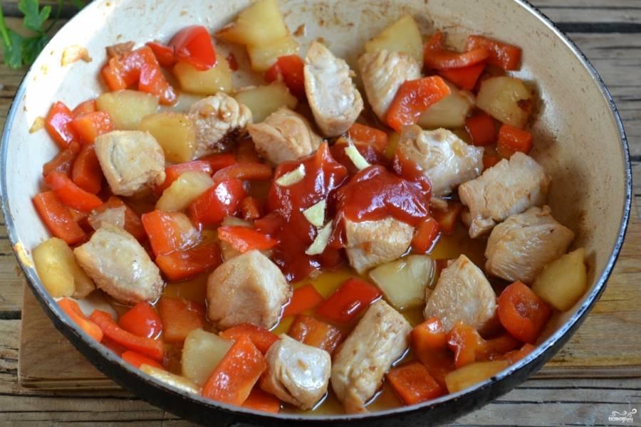 Добавьте кетчуп, мелко нарезанный имбирь и жарьте до готовности. Можно добавить еще немного соевого соуса и мелко нарезанный чеснок.