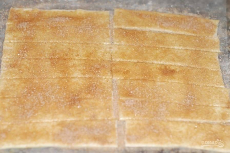 1. Раскатайте лист слоеного теста и порежьте на полоски. Смажьте тесто взбитым яйцом, посыпьте сверху сахаром, корицей и ванилином.