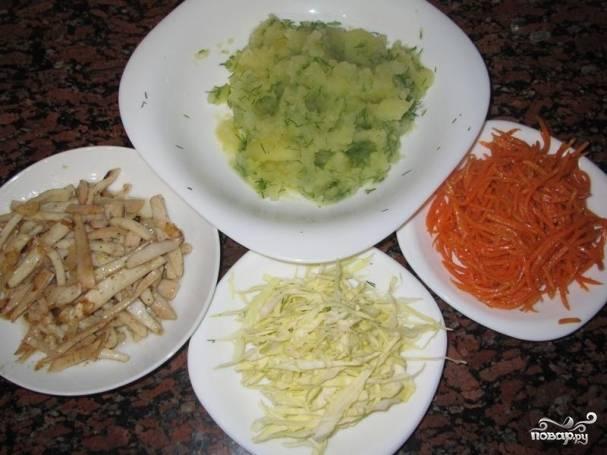 По поводу начинки: капусту нашинкуйте, картошку отварите, сделайте пюре с укропчиком нарезанным, с корейской морковки слейте жидкость. Кальмары я сначала отварила, а потом обжарила с половинкой лука на сковороде.