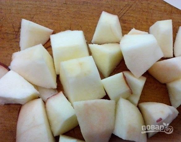 Духовку разогреваем до 200 градусов. Яблоки тем временем промываем, очищаем и нарезаем на кусочки, удалив сердцевину и семена.