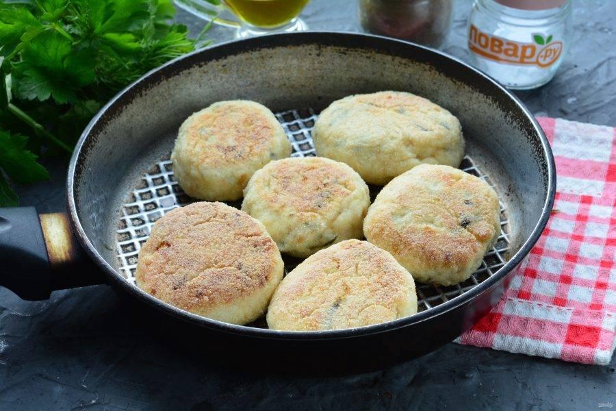 Обжаривайте котлеты с двух сторон на сковороде с растительным маслом по 5-7 минут с каждой стороны. Огонь включите средний.