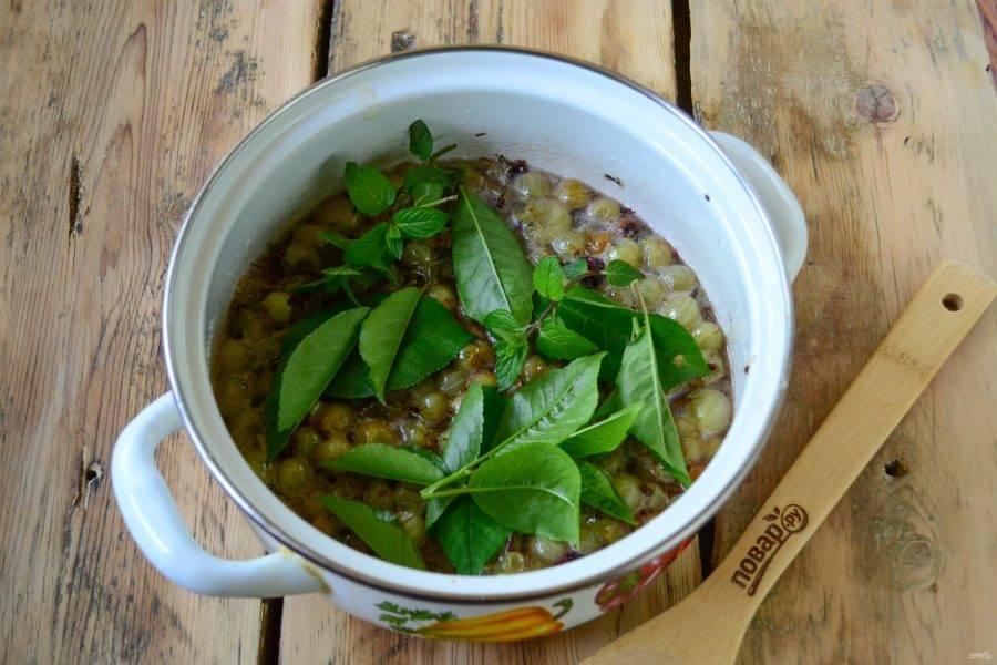 Теперь положите в кастрюлю к варенью листья вишни и мяты и варите еще 15-20 минут.