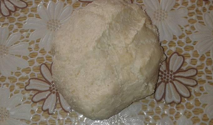 Перетрите муку с маслом в крошку. Добавьте соль и 2 ст.л. сахара, а также 6 ст.л. воды. Замесите тесто и скатайте его в шар, который поместите под пленку и отправьте в холодильник на 40 минут.