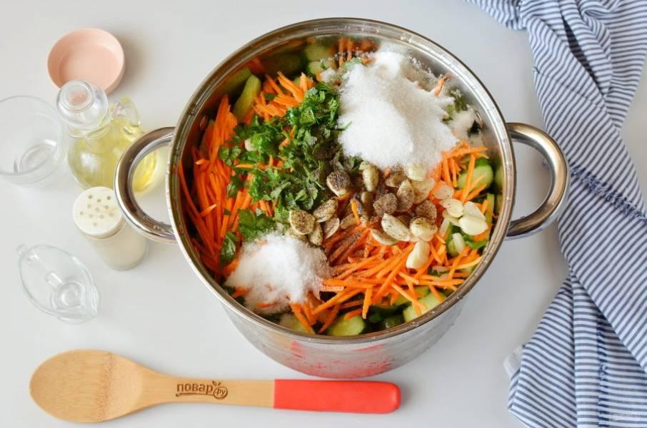 Выложите в большую кастрюлю огурцы, морковь, чеснок, зелень, добавьте уксус, масло растительное, соль и сахар, перец черный молотый. Перемешайте салат, дайте постоять ему минут 15.