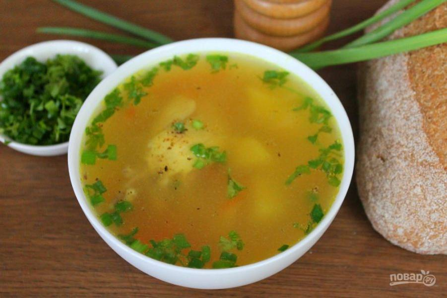 Куриный суп с куркумой готов. Подаем горячим, посыпав рубленной зеленью и молотым перцем. Приятного аппетита!
