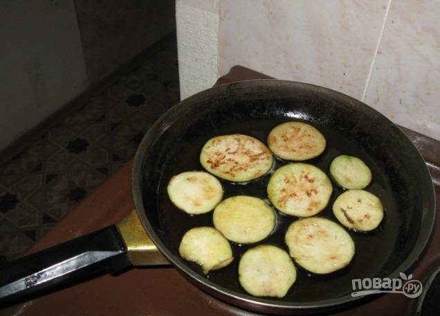 Обжарьте баклажаны в растительном масле с обеих сторон до золотистого цвета.
