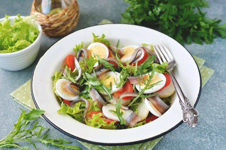 Салат с анчоусами и рукколой готов. Приятного аппетита!