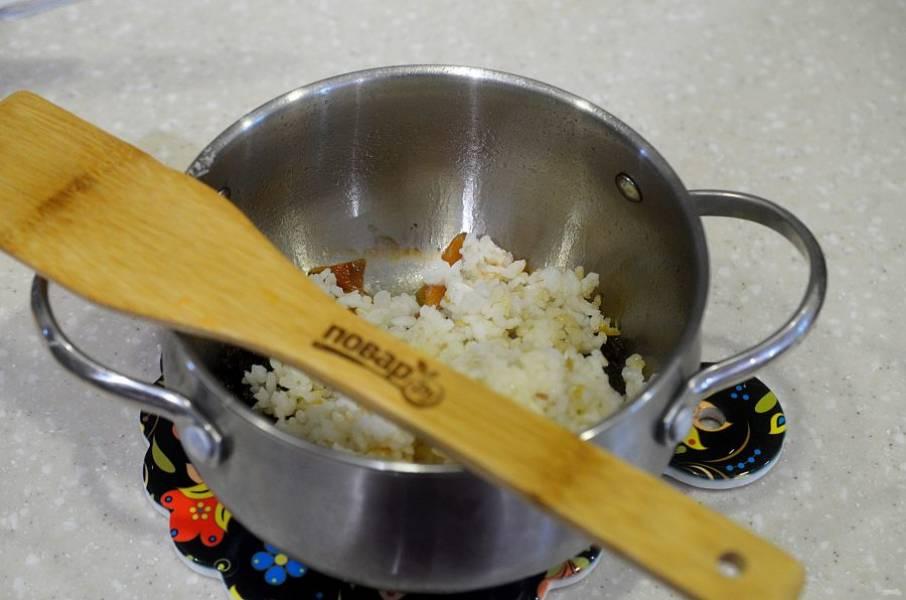 5. Добавьте заранее отваренный рис, перемешайте и потушите все вместе минут 5.