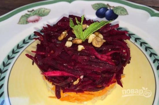 Аккуратно снимаем кольцо и украшаем салат листиком мяты и кусочками грецкого ореха. Подавать такой салат лучше еще теплым. Хотя и в холодном виде он очень вкусный.