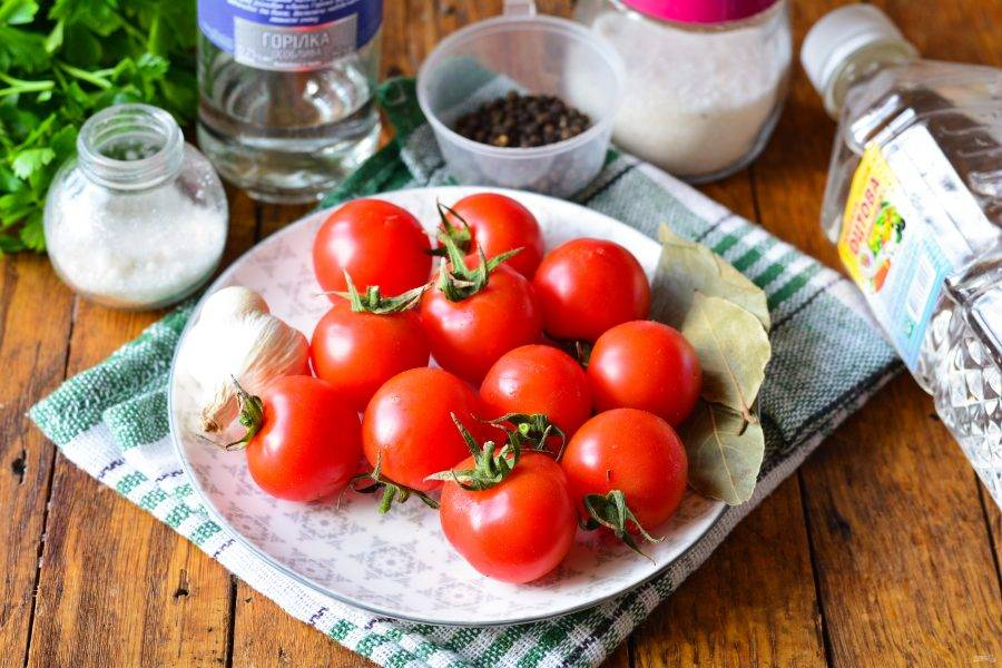 Подготовьте ингредиенты для приготовления помидор с водкой на зиму.