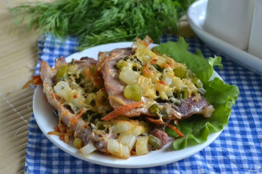 Мясо по-итальянски готово. Подавайте его горячим. Если к приходу гостей оно уже успело остыть, подогрейте его в духовке или микроволновке. Приятного аппетита!