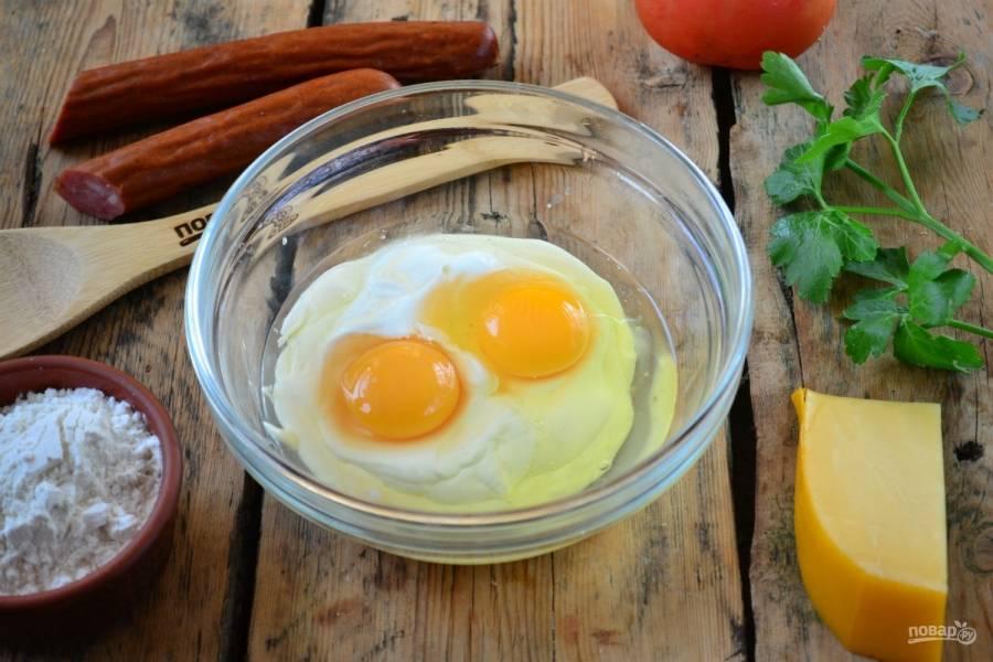Смешайте жидкие ингредиенты: яйца, сметану и майонез, перемешайте до однородного состояния. Так вам будет проще добиться однородности в дальнейшем.