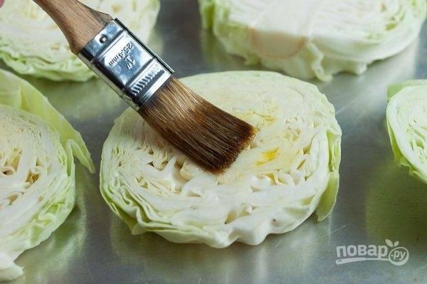 2. Смажьте оливковым маслом, присыпьте солью и перцем, выложите на противень. Отправьте капусту в разогретую до 200 градусов духовку.