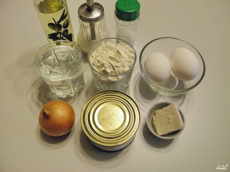 Подготовьте продукты для пирожков. Вода должна быть теплой, не менее 38-40 градусов.