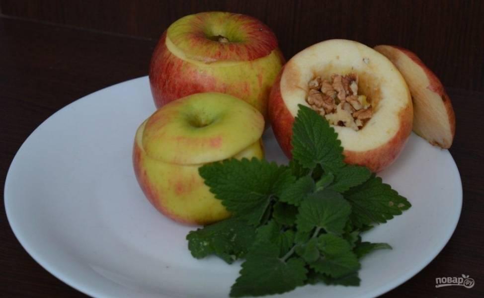 2.Внутрь каждого фрукта кладу мед и орехи, накрываю срезанными шляпками.
