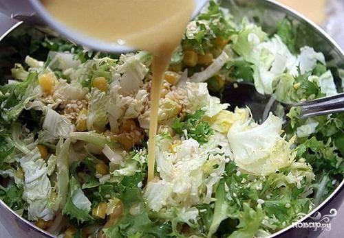3.В посуду, где у нас уже готовые листья салата и кукуруза, добавить кунжут и залить заправкой. Все хорошо перемешать. Выложить в салатницу и обсыпать немного сверху кунжутом. Красивый, легкий и очень вкусный салат готов. Удивляйте!