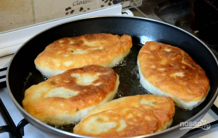 7. Обжарьте пирожки на разогретом подсолнечном масле на медленном огне. Когда одна сторона станет золотистой – переверните и обжарьте на второй.