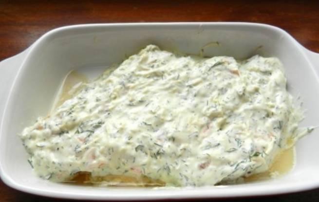 Перекладываем семгу в форму для запекания и поливаем соусом. Готовим блюдо в духовке 20 минут, температура 190 градусов.