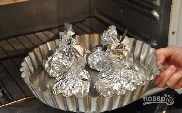 Блюдо запекайте в духовке в фольге в течение 30 минут при 200 градусах.
