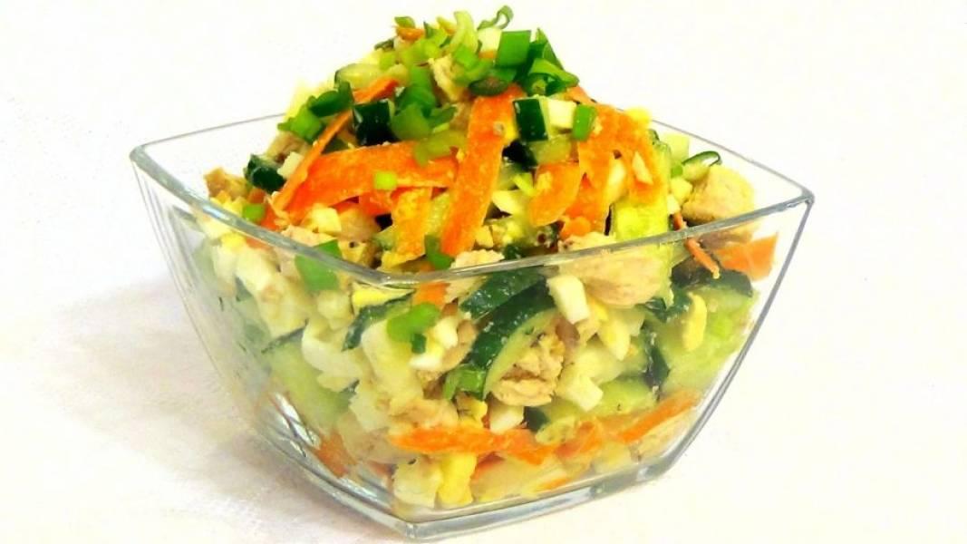 3. Заправьте салат, хорошо перемешайте и подавайте, украсив нарезанным луком. Приятного аппетита!