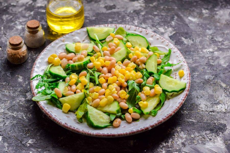 Добавьте к овощам консервированную кукурузу.