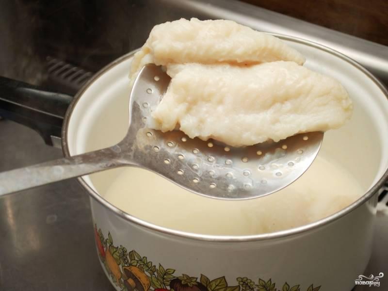 Достаньте варёную рыбу из молока, выложите на тарелку и оставьте остывать. Молоко не выливайте, оно нам понадобится.