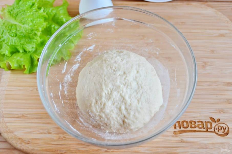Тесто не должно быть плотным, как только перестало сильно липнуть к рукам, значит готово. Накройте сухой салфеткой и уберите в теплое место на 30 минут.