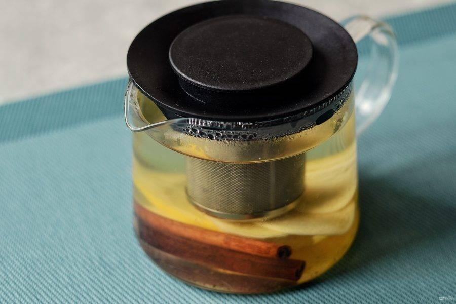 В заварочный отсек добавьте зелёный чай. Налейте в чайник кипяток. Оставьте настаиваться на 5-7 минут. Затем разлейте по кружкам.