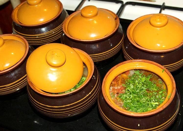 За 15-20 минут до готовности в горшочки необходимо добавить измельченную зелень и продолжит готовку.