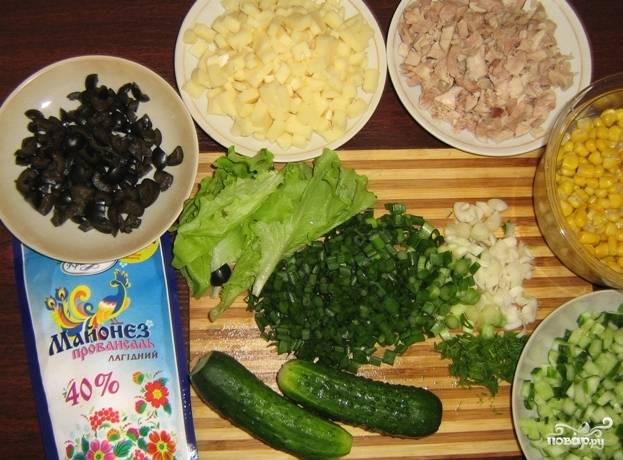 1.Филе отвариваем в подсоленной воде, остывшее мясо нарезаем мелким кубиком. Моцареллу и оливки нарезаем кусочками, 1 огурец и зелень моем и нарезаем мелко.
