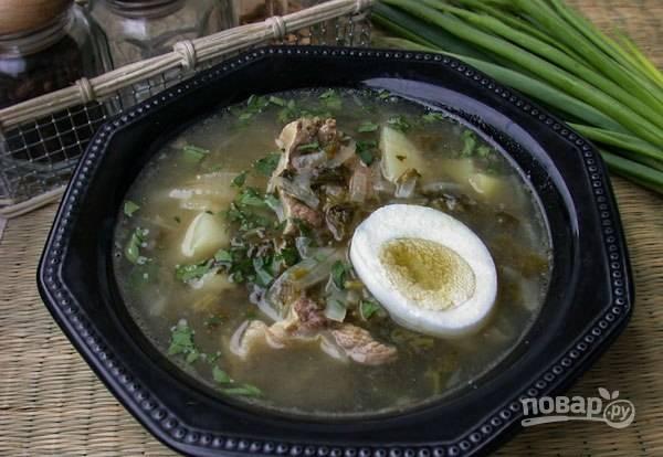 В последние 10 минут добавьте зажарку и щавель. Посолите и поперчите. Доведите суп до кипения, затем выключайте. Подавайте блюдо с варёным яйцом. Приятного аппетита!