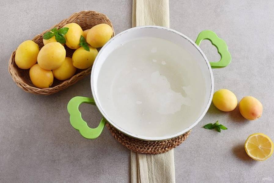 Вскипятите воду. Всыпьте сахар и варите сироп минут 10 на тихом огне. Сироп должен стать чуть плотнее.