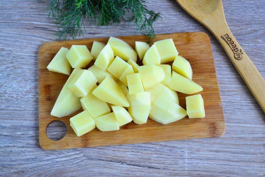 Картофель порежьте на небольшие кусочки, можно дольками, можно кубиком. Я режу кусочками, как на суп.
