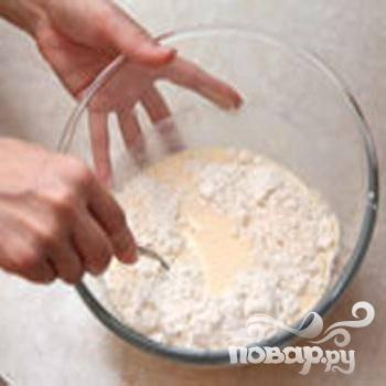 2.Приготавливаем тесто. Размешиваем яйцо с солью, добавляем не гашеную соду, кефира стакан и все время размешивая, по ложке, добавляем  муку.