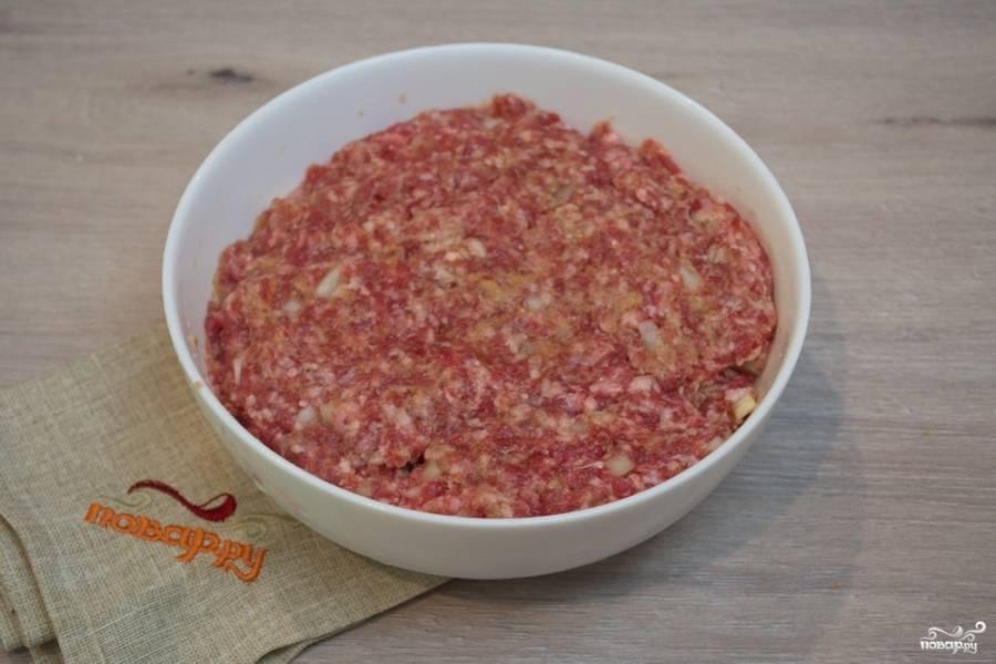 К фаршу добавьте соль, перец, специи по вкусу, 4-5 ст. ложек молотых сухарей. Влейте стакан воды, замесите однородный фарш.