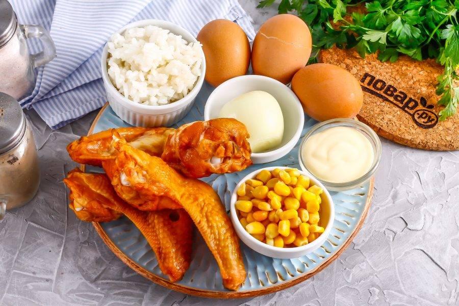 Подготовьте указанные ингредиенты. Заранее отварите и остудите рис. Отварите и остудите куриные яйца.