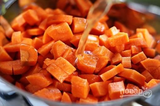 Добавьте морковь, бульон, доведите до кипения,  варите 30 минут.