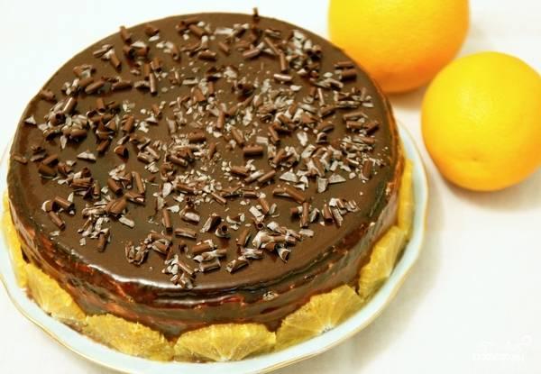 Соберите все коржи, украсьте по своему усмотрению. Как по мне, шоколадная глазурь и шоколадная крошка - это идеальный вариант. Так как у меня был апельсиновый ликер для пропитки, то украсила я готовый бисквит с творожным кремом дольками апельсина.