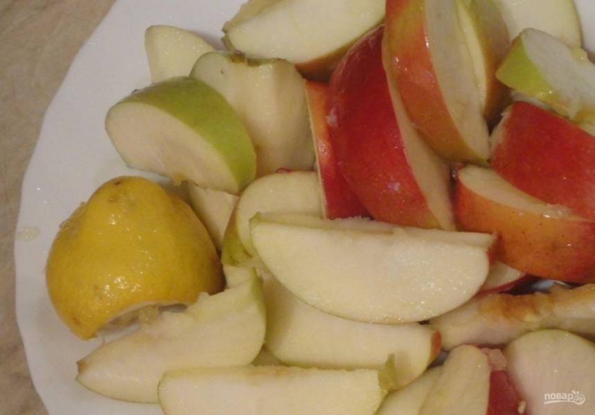 9.Яблоки мою и разрезаю на 2 части, очищаю их от семечек и разрезаю на небольшие дольки, сбрызгиваю яблоки лимонным соком, чтобы они не потемнели.