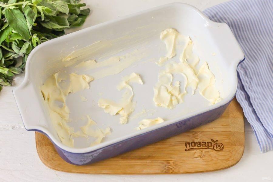 Смажьте форму сливочным маслом. Его можно заменить маргарином, но не спредом.